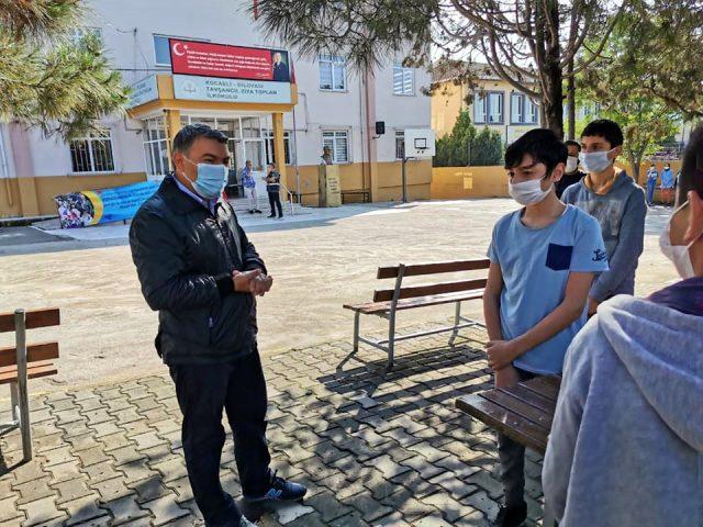 Başkan Şayir, makam aracını satıp kırtasiye malzemesi aldığı öğrencileri sınav günü de yalnız bırakmadı