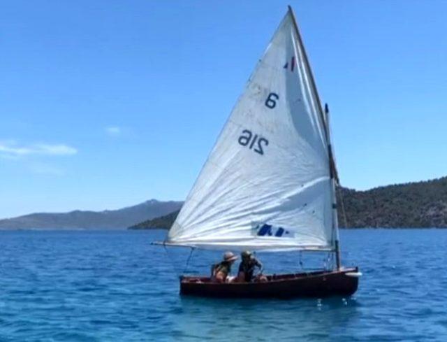 Sevgilisiyle tatilde olan Özge Özpirinçci'nin yelkenli teknesi yan yattı