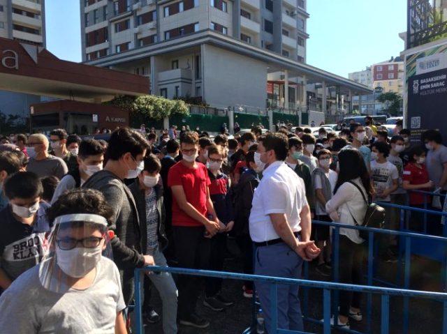 Ülkemizde vaka sayısı yükselişe geçmişken LGS sınavı için oluşan kalabalıklar endişelendirdi