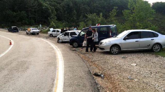 Bursa'da 4 aracın karıştığı zincirleme kazada 12 kişi yaralandı