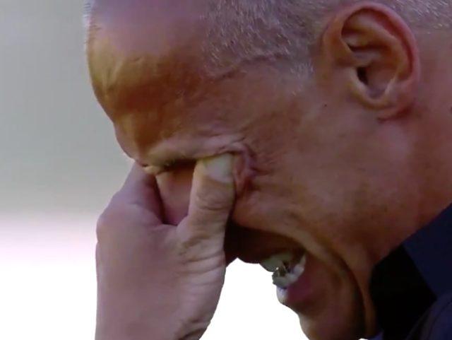 Koronavirüs nedeniyle annesini kaybeden İtalyan teknik direktör Antonio Filippini, saygı duruşunda gözyaşlarını tutamadı.