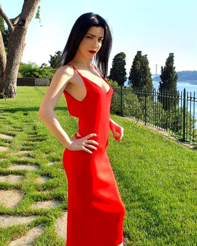 Merve Boluğur, göğüs dekolteli kırmızı elbisesiyle takipçilerini büyüledi