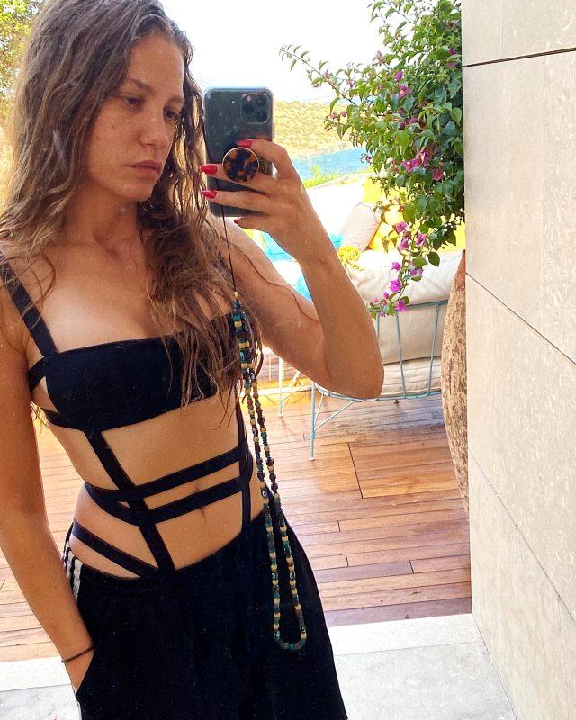 Ayna karşısında bikinili poz veren Serenay Sarıkaya, hamilelik iddialarını yalanladı