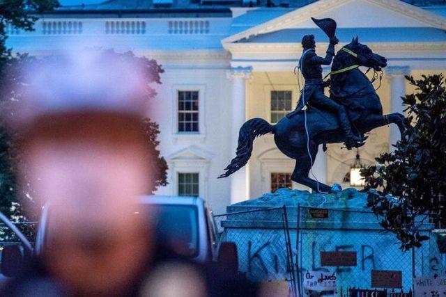 Beyaz Saray'ın önündeki Andrew Jackson heykeli göstericiler tarafından yıkılmak istendi