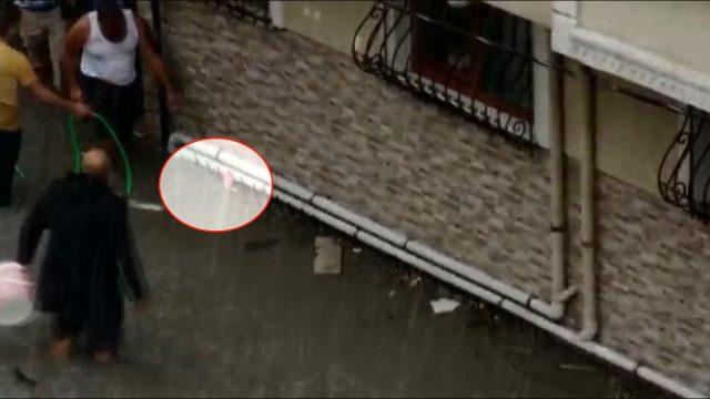 Esenyurt'taki selde hayata uzanan el! Bodrum katta mahsur kalan vatandaşın yardım istediği anlar kameralara yansıdı