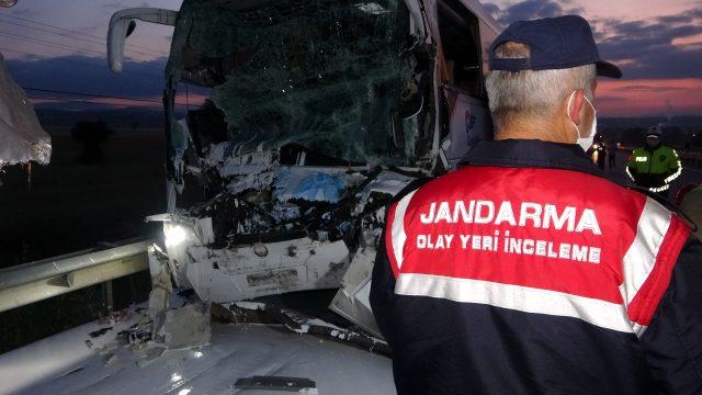 Son dakika: Uşak'ta yolcu otobüsü ile kamyonun çarpıştığı kazada 2 kişi öldü, 18 kişi yaralandı