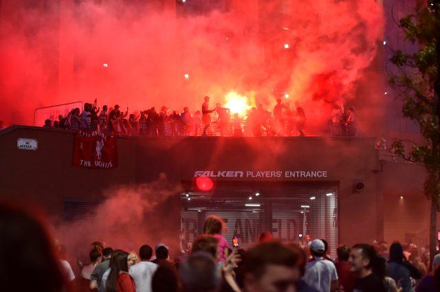 30 yıl sonra gelen şampiyonluk sonrası Liverpoollu taraftarlar ve futbolcular doyasıya eğlendi