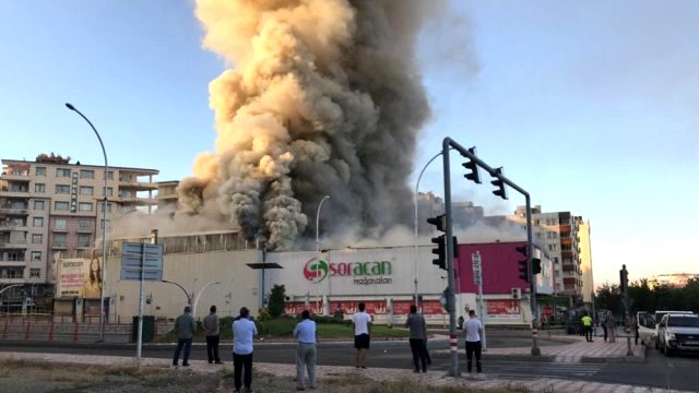 Batman'da AVM yangını: Alevler gökyüzünü kapladı, iş yeri küle döndü