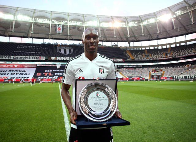 Beşiktaş'la 200. maçına çıkan Atiba, Konyaspor maçı öncesinde plaket aldı