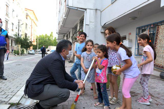 Esenyurt Belediye Başkanı, vatandaşların sorunlarını dinledi, çocuklara oyuncak dağıttı