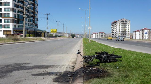 Alevler içinde kalan motosikletin sürücüsü ve yolcusu yaptıklarıyla herkesi şaşırttı