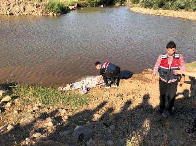 Dereye giren Suriyeli baba ile 2 oğlu boğuldu, yakınları sinir krizi geçirdi