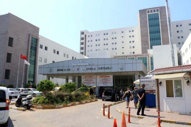 Antalya'da bir kişi, hastane bahçesindeki bankta ölü bulundu