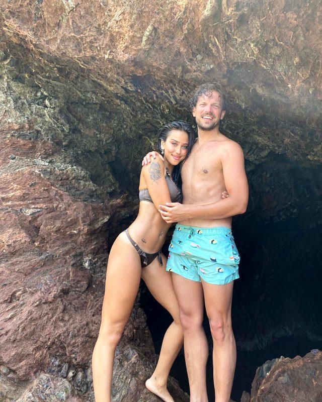 Bikinisiyle kayalıklara uzanıp poz veren Zeynep Alkan, fiziğiyle nefes kesti