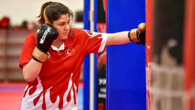 Kilo vermek için muay thai sporuna başlayan Zehra Nur Kamaç, Türkiye ve gençler dünya şampiyonluğu kazandı