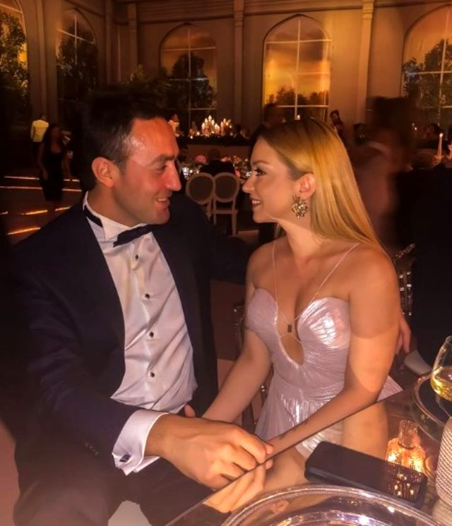 Şarkıcı Ece Seçkin, nişanlısının yeni yaşını dudak dudağa poz vererek kutladı