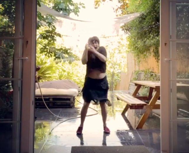 Esra Dermancıoğlu'nun sürpriz sonlu dans videosu izleyenleri kahkahaya boğdu