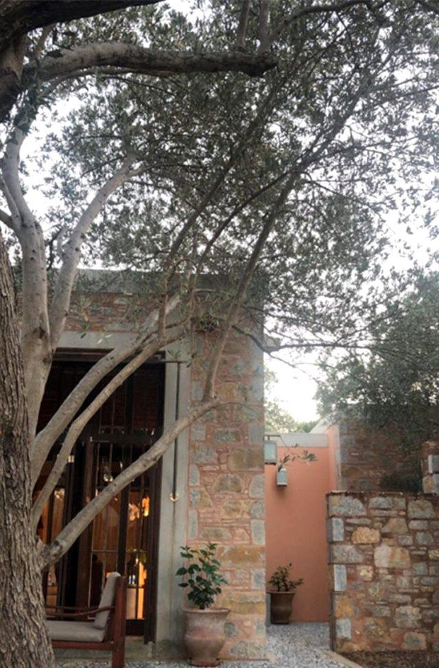 Yazlığını ailesine tahsis eden Kıvanç Tatlıtuğ, eşi için taş ev kiraladı
