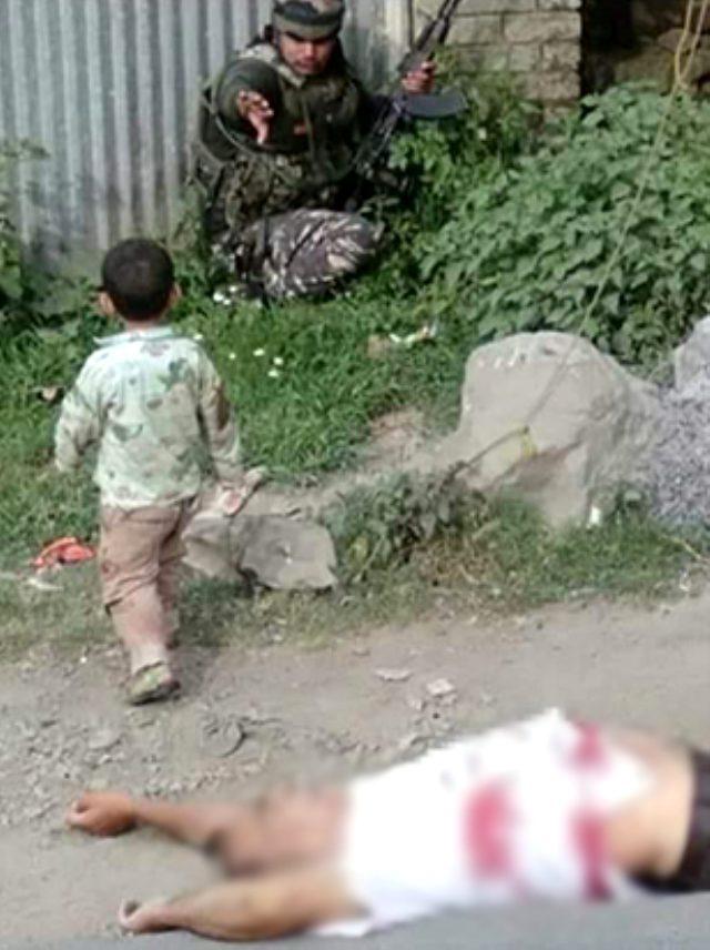 Bu kare uluslararası kamuoyunda infial yarattı! 3 yaşındaki çocuk öldürülen dedesinin göğsüne oturdu