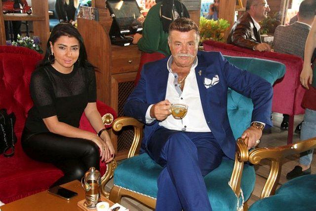 Nuri Alço, kendisinden 33 yaş küçük sevgilisi  Burcu Sezginoğlu ile evlendi