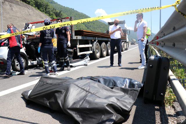 TEM'de otomobil tıra ok gibi saplandı: 2 kişi öldü, 1 kişi ağır yaralandı