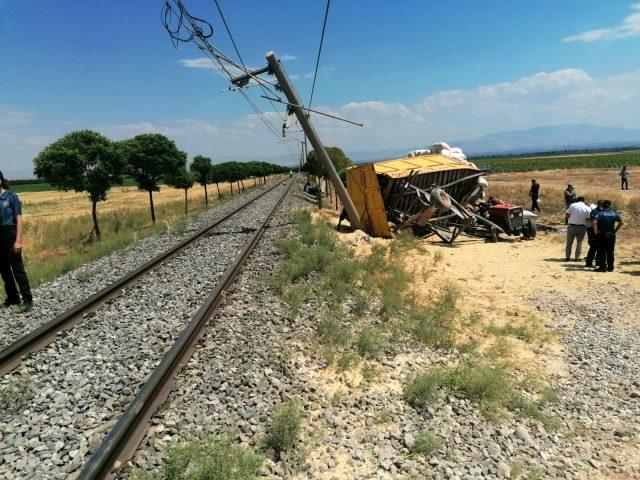 Yük trenini çarptığı römork başka bir traktörün üstüne düştü: 1 ölü, 2 yaralı