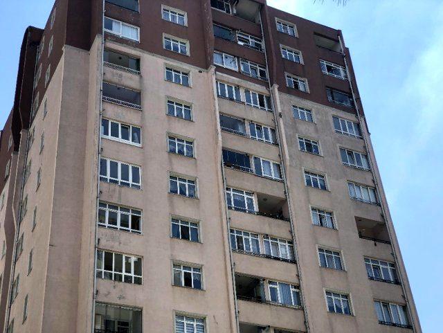 4 yaşındaki çocuğun 12'nci kattan düşme anı kamerada! İkizi de geçen yıl hayatını kaybetmiş