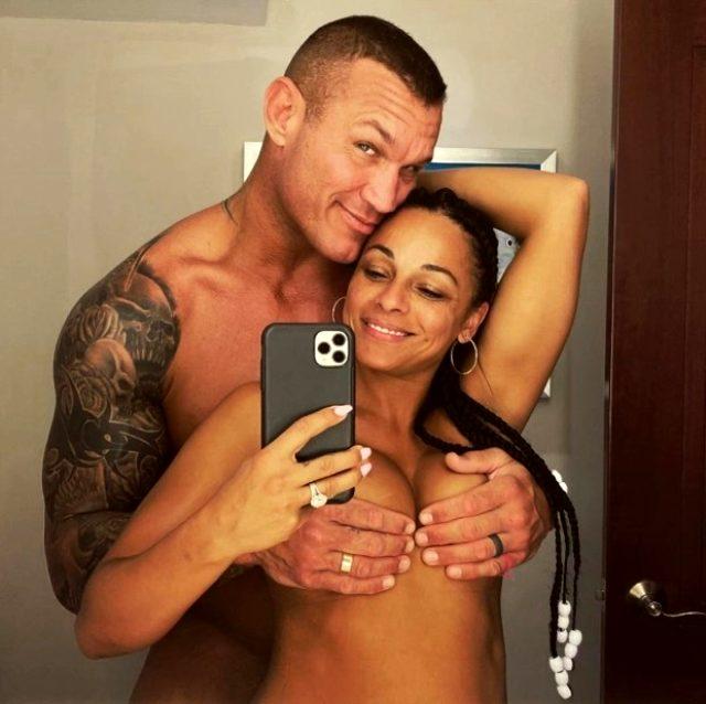 Efsane dövüşçü Randy Orton, eşiyle duşta çıplak poz verdi