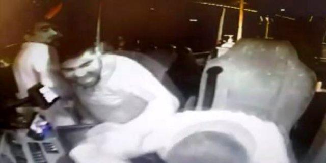 Maskesiz otobüse binmeye çalışan iki kişi, kendilerini uyaran otobüs şoförünü darp etti