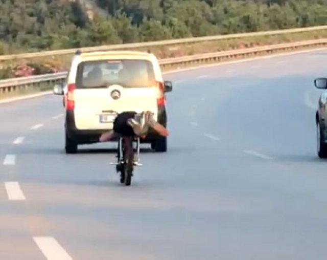 Motosikleti yüzüstü yatarak kullandı