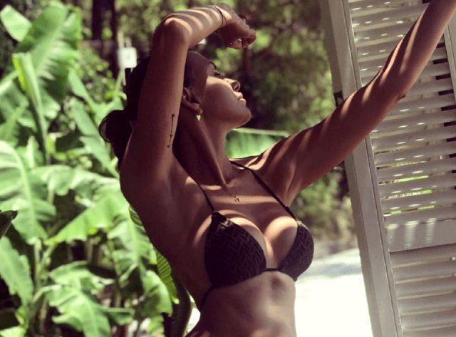 Oğulları ile tatile çıkan Emina Jahovic'in bikinili pozuyla ortalığı yaktı geçti