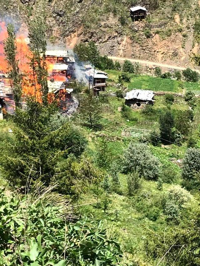 Son Dakika: Artvin Sahlepçiler köyünde çıkan yangında köy evleri yanıyor