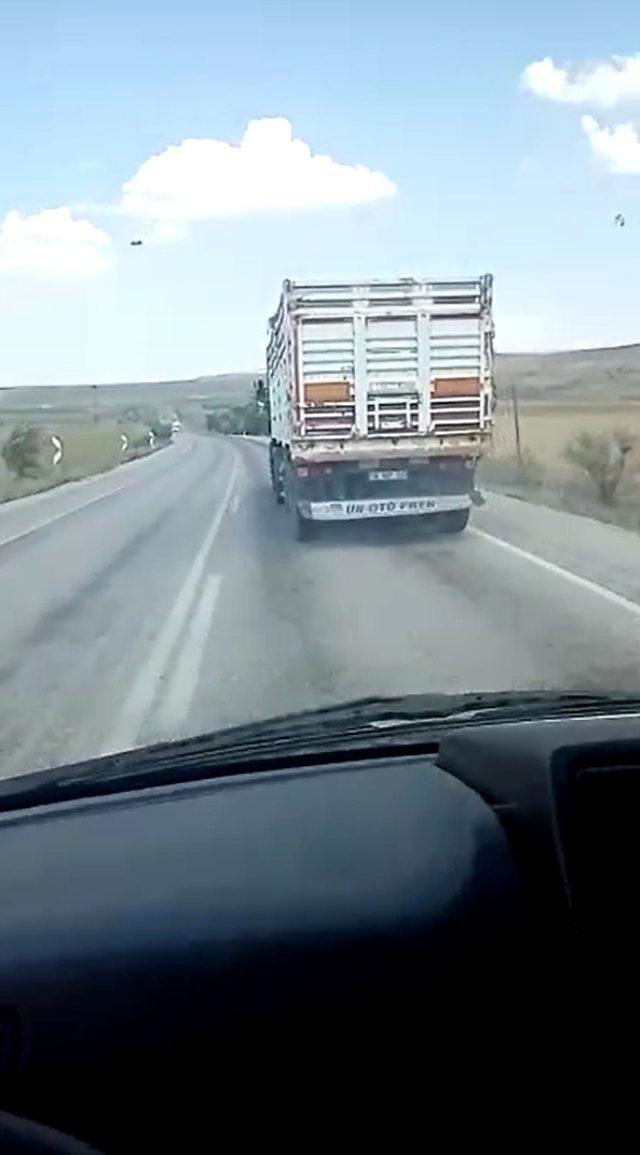 Ambulansa yol vermeyen kamyon sürücü 130 km hızla yoluna devam etti
