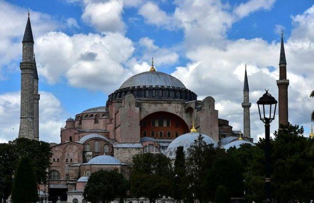 Danıştay'ın müze kararını iptal etmesiyle Ayasofya önünde 'Ya Allah Bismillah Allahu Ekber' sesleri yükseldi