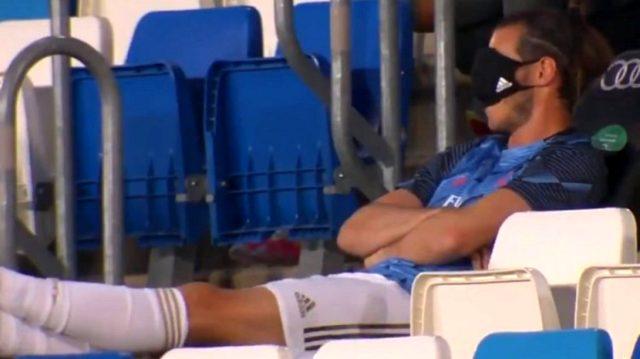 Real Madrid'li Gareth Bale'ın koronavirüs maskesini gözüne kapatıp uyuması tepki çekti