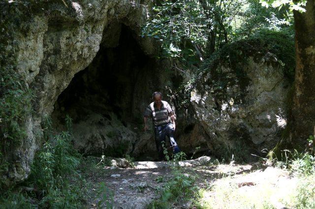 Şifa bulmak için Türkiye'nin dört bir yanından Bursa'daki su dolu tünele akın ediyorlar