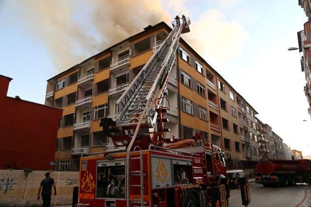 Elazığ'da yangın, iki binanın çatısına daha sıçradı