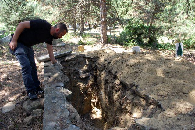 72 yıl önce ölen adamın mezarını altın bulmak için talan ettiler