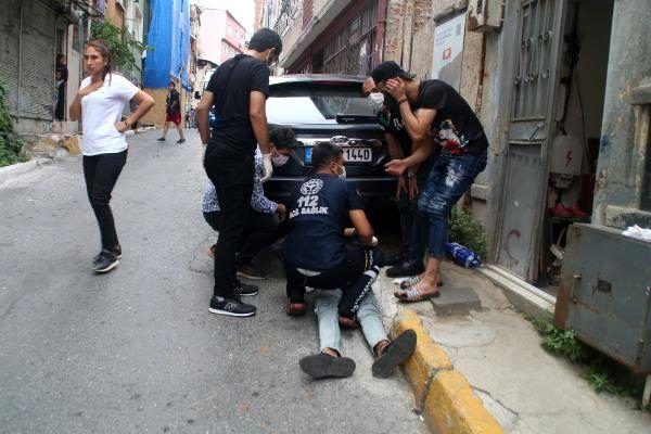 Son dakika haber | Beyoğlu'nda, kavgada bıçaklanan kişiye ilk yardımı bekçi yaptı