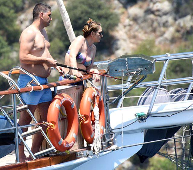 Tatil sezonunu açan Afra Saraçoğlu ve Mert Yazıcıoğlu denizde birbirini öpücüklere boğdu