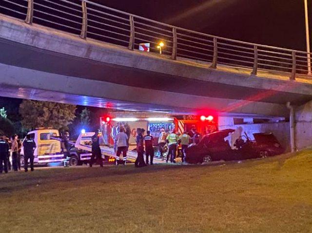 Kartal'da makas atarak ilerleyen otomobil köprü ayağına çarptı: 2 ölü, 2 yaralı