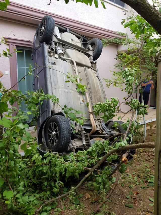 Uyanıp bahçesine çıkan vatandaş, şaha kalkmış otomobili görünce hayatının şokunu yaşadı
