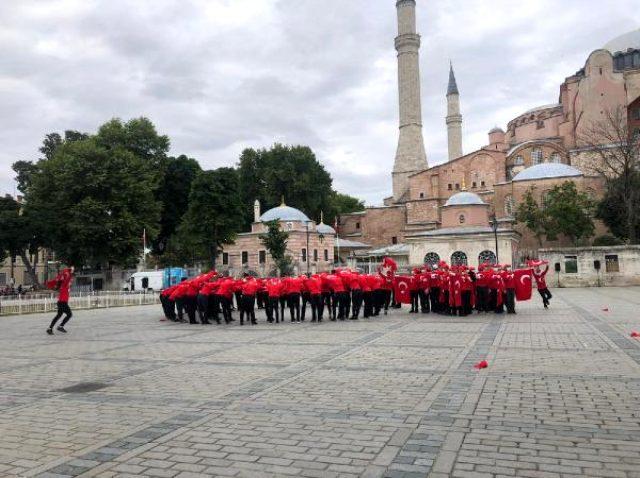 Ayasofya'da önündeki 15 Temmuz koreografisi izleyenleri mest etti