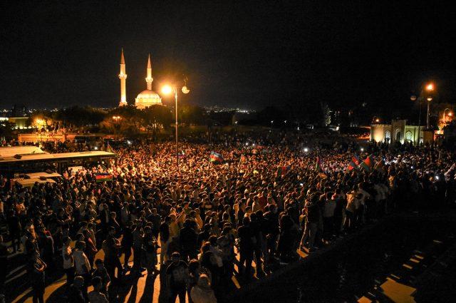 Azerbaycan'da halk seferberlik talebiyle Milli Meclisin önünde toplandı: Başkomutan silah ver bize