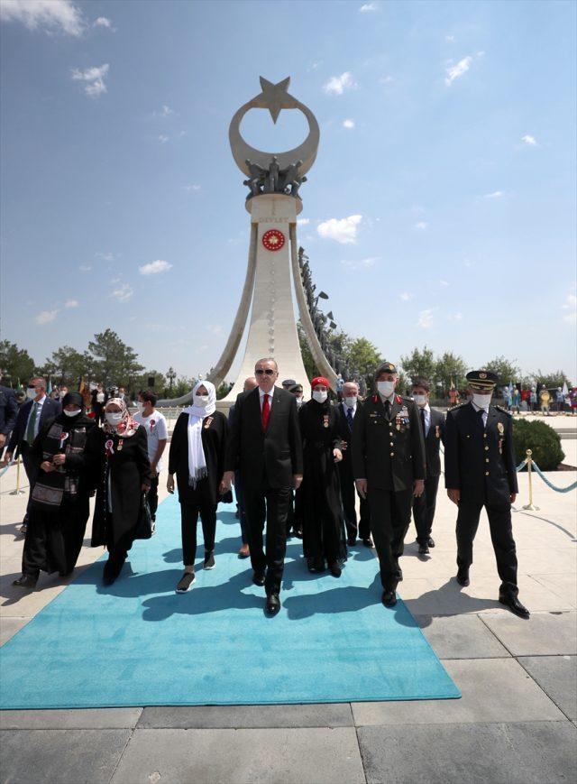 Son dakika: Cumhurbaşkanı Erdoğan, Külliye'deki 15 Temmuz Anıtı'na çelenk bıraktı ve TBMM'deki törene geçti