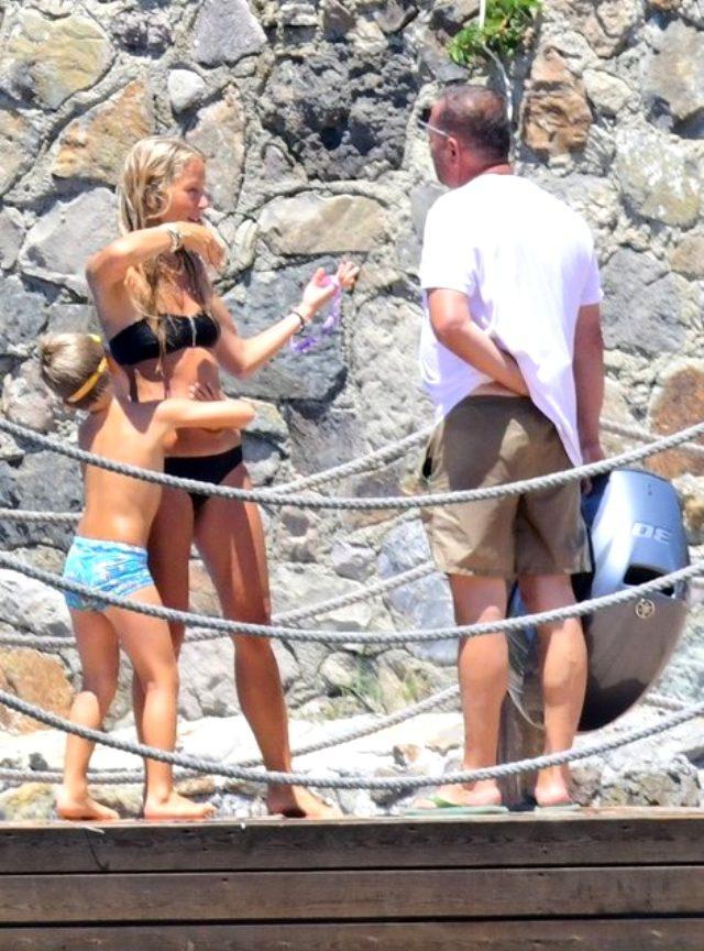 Güzel oyuncu Bade İşçil, siyah bikinisiyle duş alırken yakalandı