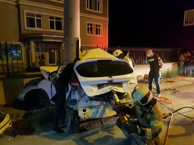 Bursa'da otomobil elektrik direğine çarptı: 3 ölü, 1 yaralı