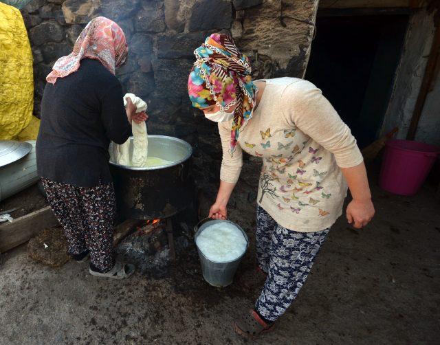 Asırlık lezzet çeçil peyniri için kazanlar imece usulü yakılıyor