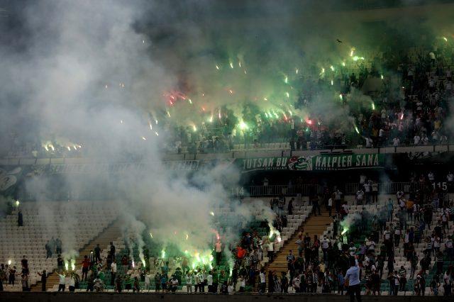Bursaspor, sosyal mesafe kurallarına uyan 3 bin taraftarına karşı antrenman yaptı