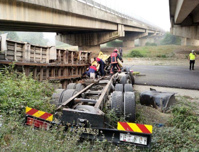 Köprüde yoldan çıkan tır, 5 metre yükseklikten alt yola devrildi